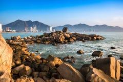 Seascape med staplat grovt vaggar och stenblock på Hon Chong Promontory fotografering för bildbyråer