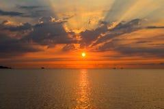 Seascape med The Sun, moln och solstrålar på härlig soluppgång royaltyfria foton
