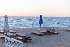 Seascape med sunbeds, parasollsommar arkivbild
