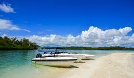 Seascape med turkosvatten på den soliga dagen Royaltyfria Bilder
