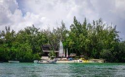 Seascape med turkosvatten på den soliga dagen Royaltyfri Bild