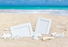 Seascape med två fotoramar på strandsanden royaltyfri fotografi