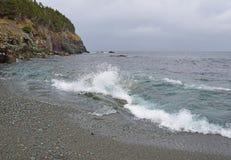 Seascape med med vågor som bryter på shorelinen royaltyfri fotografi