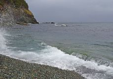 Seascape med med vågor som bryter på shorelinen arkivfoton