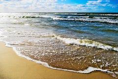 Seascape med vågor som bryter på stranden Fotografering för Bildbyråer