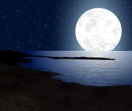 Månsken med fullmånen och segla utmed kusten Arkivbilder