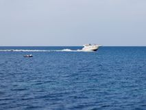 Seascape med vitmotoryachten arkivbild