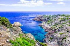 Seascape, medelhavs- kustlinje, klippor och fjärd, Lock de Creus - udde i Cadaques, Costa Brava, Catalonia, Spanien Arkivbild