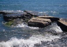 Seascape, morze skały i pieniąca fala, zdjęcia stock
