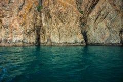 Seascape nära Koktebel med berget Karadag i Krim Royaltyfria Bilder