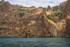 Seascape nära Koktebel med berget Karadag i Krim Arkivbild