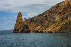 Seascape nära Koktebel med berget Karadag i Krim Royaltyfri Fotografi