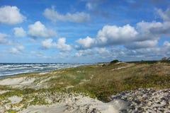 Seascape na Bałtyckiej brzegowej natury prezerwie z długim piaskowatym se zdjęcie stock