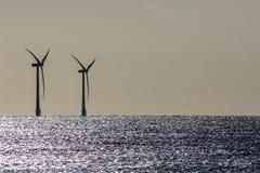 seascape Na morzu farm wiatrowych turbin sylwetka na pięknym dennym horyzoncie obrazy royalty free