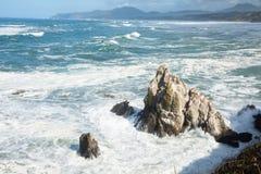 Seascape Na morzu skały i ocean kipiel Zdjęcia Stock