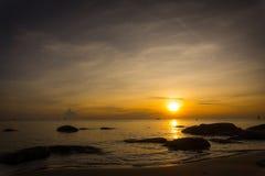 Seascape natural durante o nascer do sol fotografia de stock royalty free