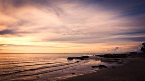 Seascape natural durante o nascer do sol imagens de stock