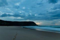 Seascape nebuloso da aurora com silhueta do promontório foto de stock