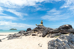 Seascape niebo i plaża która syrenki statuę Fotografia Stock