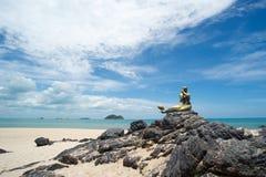 Seascape niebo i plaża która syrenki statuę Obraz Stock