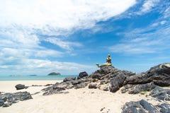 Seascape niebo i plaża która syrenki statuę Obraz Royalty Free