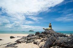 Seascape niebo i plaża która syrenki statuę Obrazy Royalty Free