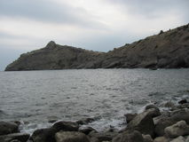 Seascape nublado do verão em Crimeia Pedras e rochas pelo mar Fotografia de Stock