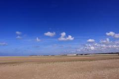 Seascape och strand på den låga tiden Arkivfoto