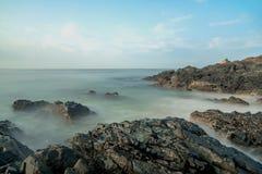 Seascape på den malvan stranden royaltyfri fotografi