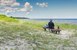 Seascape på den sandiga stranden av Östersjön, Lettland fotografering för bildbyråer