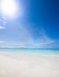 Seascape på en öde ö i Indiska oceanen arkivbild