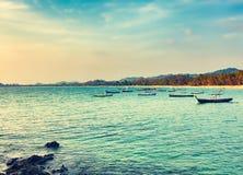 Seascape på solnedgångtid Härligt landskap av den indiska oceaen Royaltyfri Foto