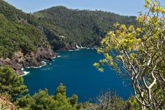Seascape perto de Cinque Terre, em Liguria, Framura, Itália Um mar azul com montanhas completas imagem de stock