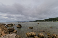Seascape of rocky shoreline on a cloudy day Royalty Free Stock Photos
