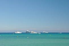 Seascape sereno com o iate no horizonte Imagens de Stock Royalty Free