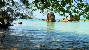 Seascape som är scenisk av tropiskt land stock video