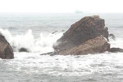Seascape típico da costa espanhola do norte durante dias dos ventos nortes foto de stock