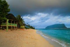 Seascape tropical exótico da ilha com fales dourados Polinésia da praia da areia, Samoa fotografia de stock