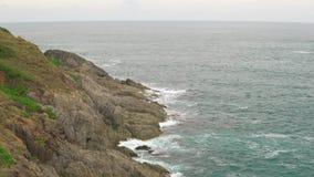 Seascape tropical no dia nebuloso do verão As ondas do mar quebram na costa rochoso video estoque