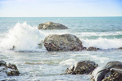 Seascape and water splash the stone Royalty Free Stock Photos