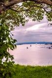Seascape widok molo ocean, motorboats, żaglówki z sunrays i copyspace w niebie, fotografia royalty free