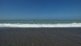 Seascape - wodne fala z piankową kipielą na otoczakach zbiory wideo