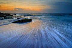 Seascape wschodu słońca spływania fala Obrazy Royalty Free