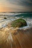 Seascape wschodu słońca spływania fala Zdjęcia Royalty Free