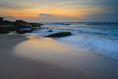 Seascape wschodu słońca spływania fala Zdjęcia Stock