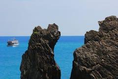 Seascape z łodzią gdzieś i skałą w Pięć ziemiach Cinque Terre w Włochy obraz royalty free