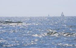 Seascape z żeglowanie jachtami na horyzoncie Zdjęcia Royalty Free