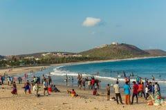 Seascape z grupą ludzi, przyjaciele, końska jazda, halny tło Rishikonda wyrzucać na brzeg, Visakhapatnam, AP, India, Marzec 05 20 zdjęcia royalty free