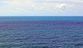 Seascape z horyzont linią między morzem i niebem, tło Fotografia Royalty Free