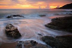 Seascape z mrocznym niebem w Phuket fotografia stock